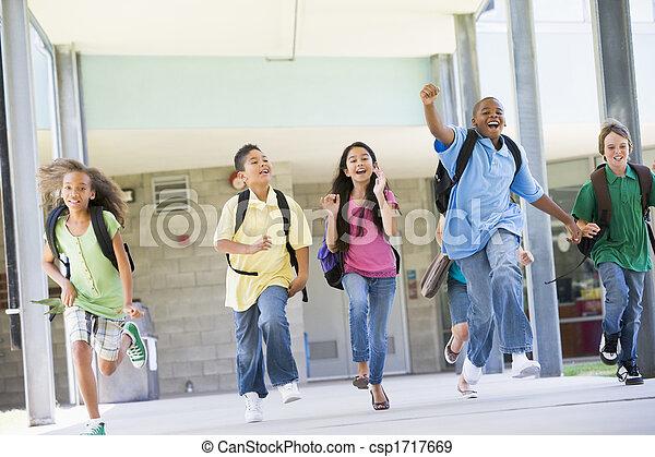 Seis estudiantes huyendo de la puerta principal de la escuela excitados - csp1717669