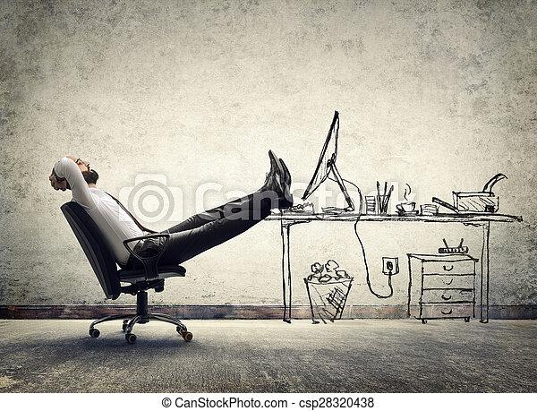 Relájate en la oficina, hombre sentado - csp28320438