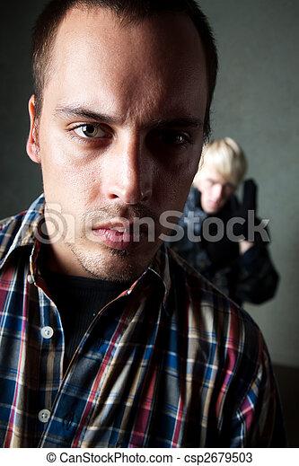 El hombre siendo acechado por un criminal - csp2679503
