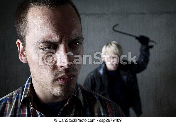 El hombre siendo acechado por un criminal - csp2679489