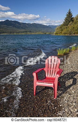Una silla Adirondack junto al lago - csp16048721