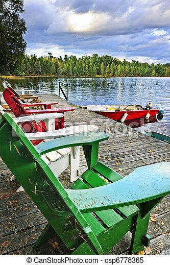 Sillones de cubierta en el muelle del lago - csp6778365