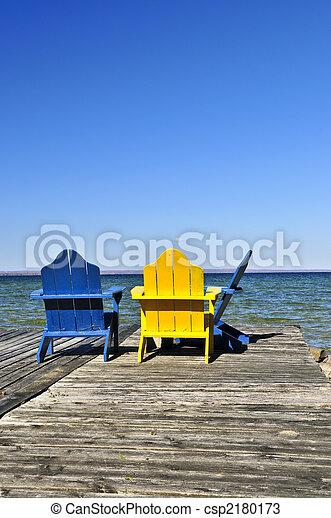 Chairs en el muelle de madera del lago - csp2180173