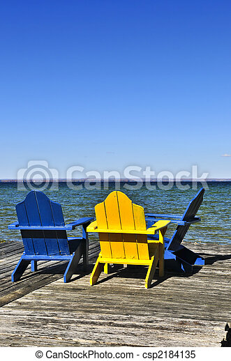 Chairs en el muelle de madera del lago - csp2184135