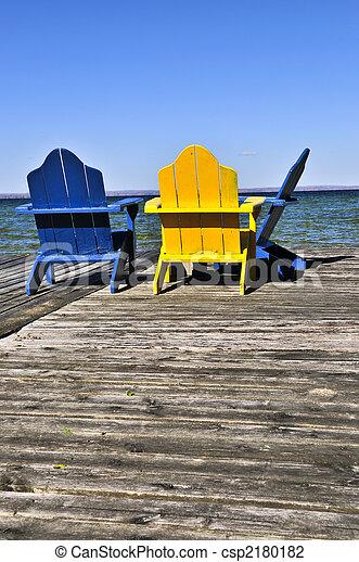 Chairs en el muelle de madera del lago - csp2180182
