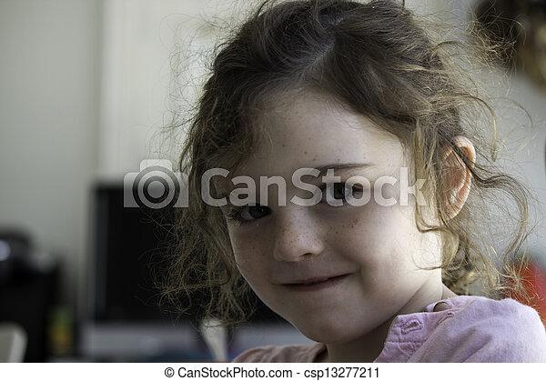 Niño sonriente - csp13277211