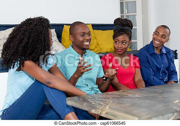 Feliz gente afroamericana hablando de deportes y política - csp61066545