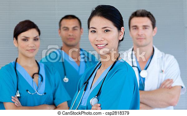 Equipo médico sonriendo a la cámara - csp2818379