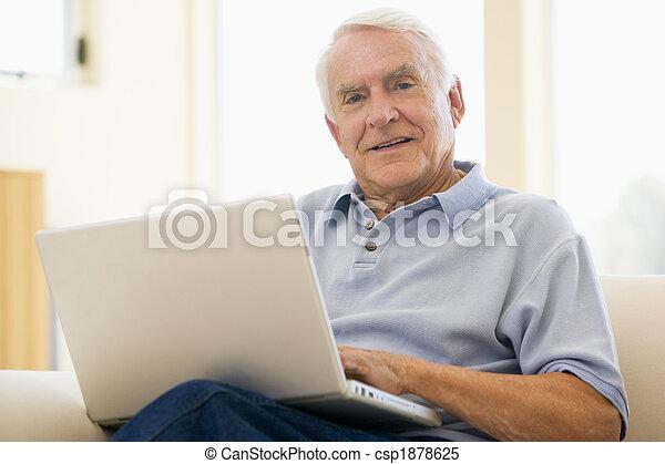 Senior, hombre, portátil, ordenador, en casa, Sofa, cejas, surf, internet - csp1878625