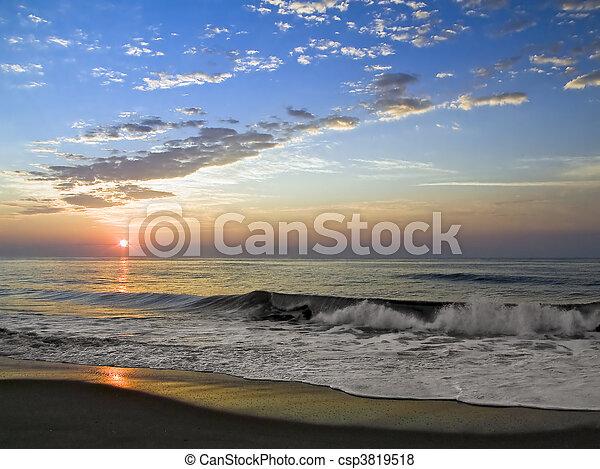 Surfre del amanecer - csp3819518