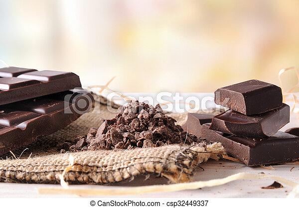 Tabla de chocolate artesanal rota con porciones y trozos horizontales - csp32449337