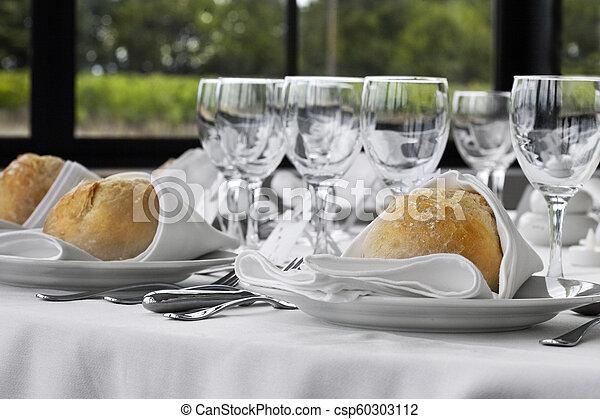 Cierra una mesa - csp60303112