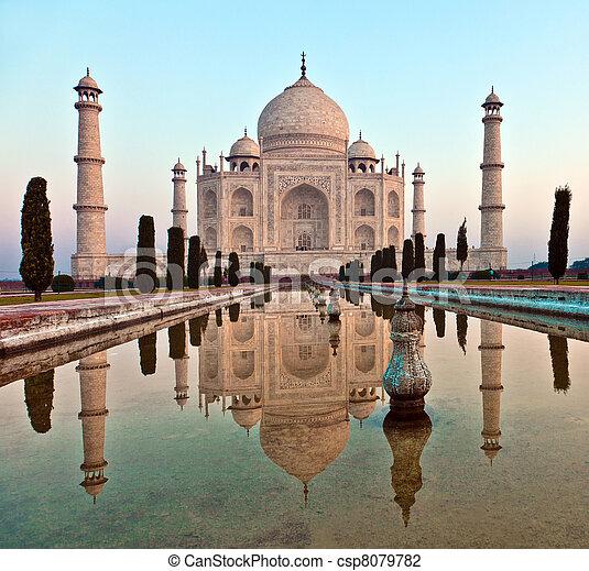 Taj mahal en la India - csp8079782