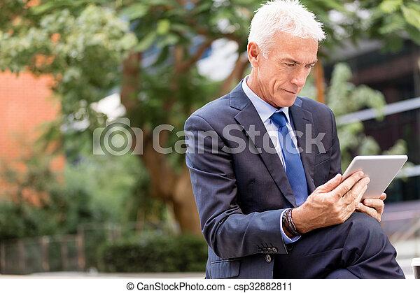 Un hombre de negocios de alto nivel - csp32882811
