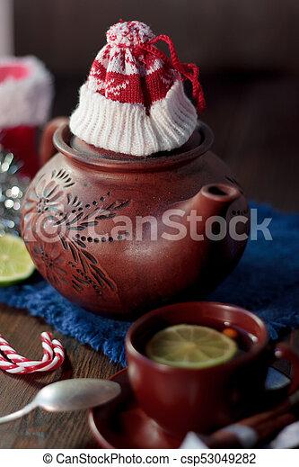 Tetera de Navidad con el sombrero rojo de Papá Noel. - csp53049282