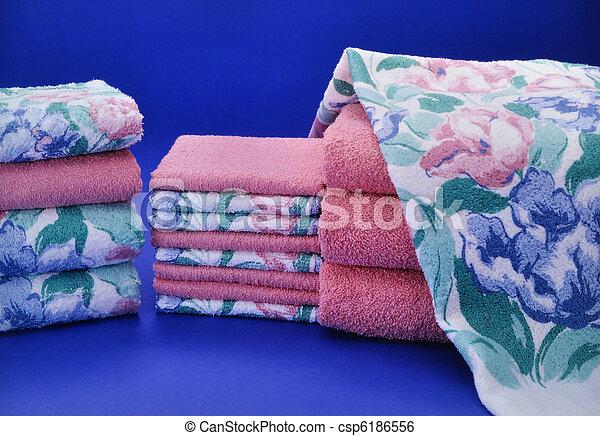 Toalla rosa y azul puesta en fondo azul - csp6186556