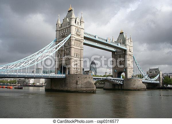 Torre de puente y london Skyline - csp0316577