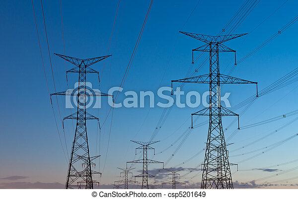 Torres eléctricas de transmisión (Pilones de electrodomésticos) al atardecer - csp5201649