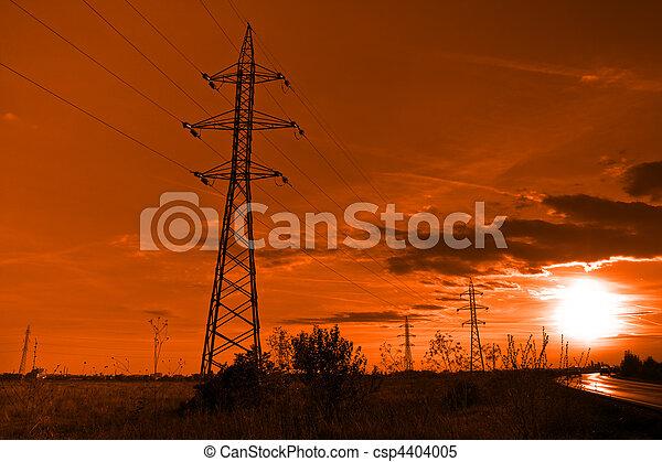 Sol y electricidad, torres eléctricas al atardecer - csp4404005