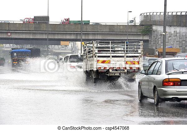 Tráfico de lluvia torrencial - csp4547068