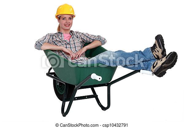Trabajador de construcción sentado en una carretilla - csp10432791