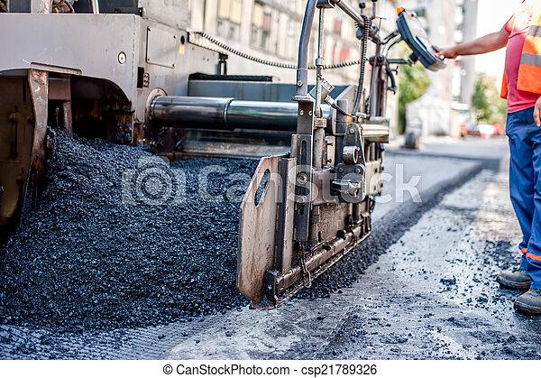 Trabajador o ingeniero operando una máquina de pavimento - csp21789326