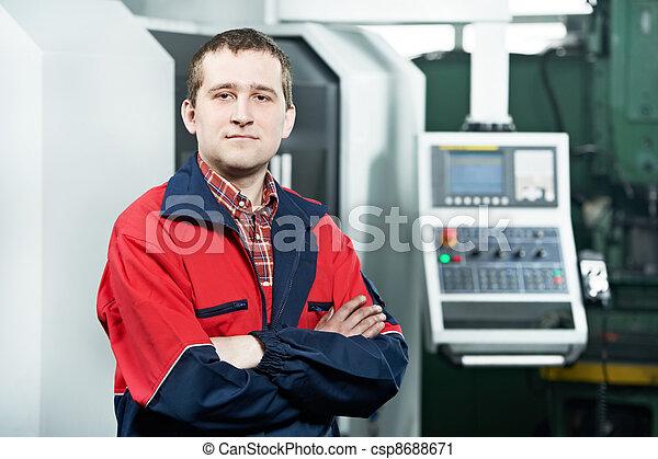 Trabajador que opera en el centro de máquinas CNC - csp8688671