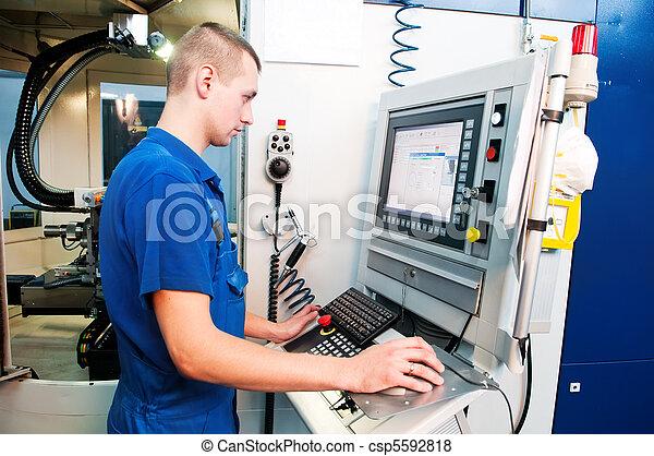 Trabajador que opera en el centro de máquinas CNC - csp5592818