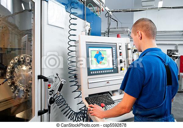 Trabajador que opera en el centro de máquinas CNC - csp5592878