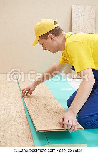 Trabajador de corchos en el trabajo - csp12279831