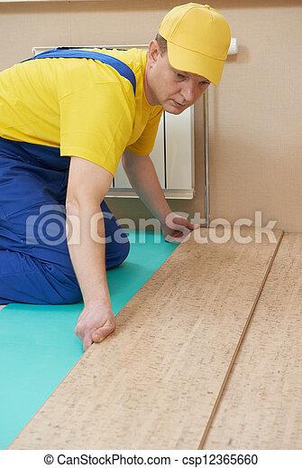 Trabajador de corchos en el trabajo de suelo - csp12365660