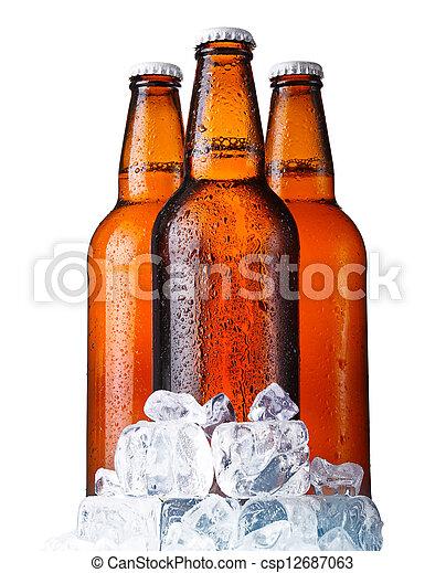 Tres botellas de cerveza marrón con hielo aislado en blanco - csp12687063