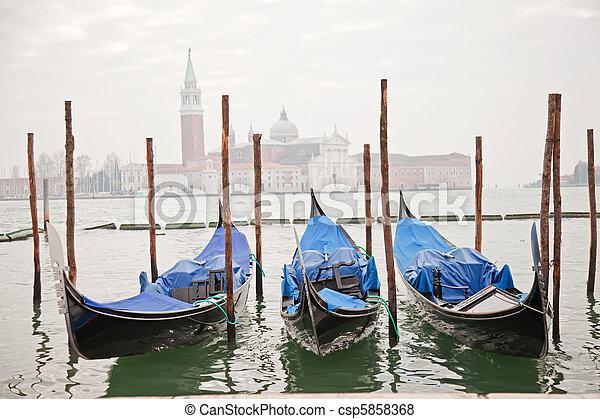 Tres góndolas en Venecia - csp5858368