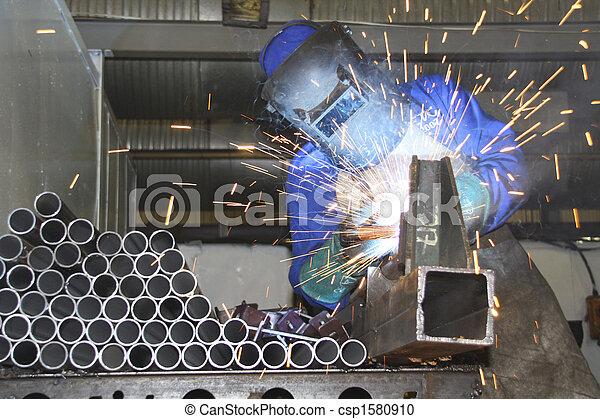 Tubos de soldadura artesanal en una línea de producción - csp1580910