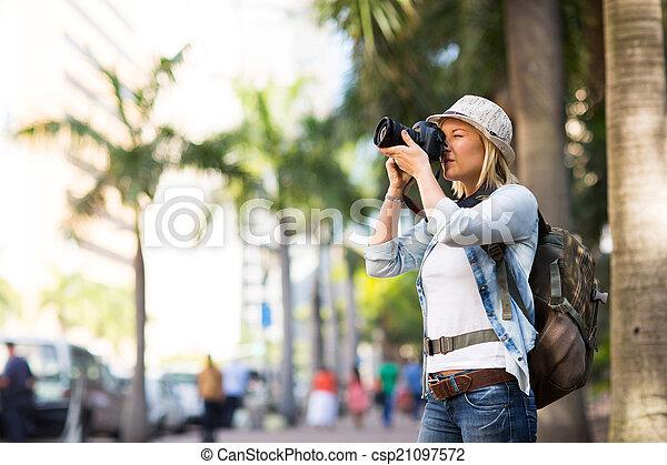 Turista tomando fotos en la ciudad - csp21097572