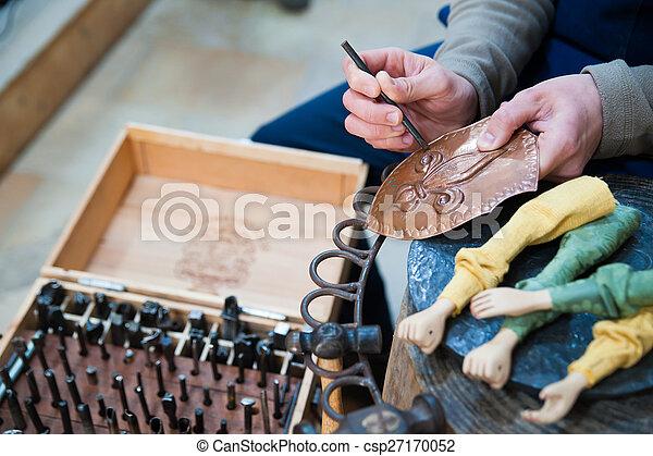 Un artesano siciliano en el trabajo - csp27170052