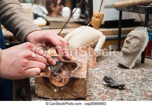 Un artesano siciliano en el trabajo - csp26959563