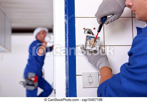 Un artesano trabajando en la instalación eléctrica - csp10457198
