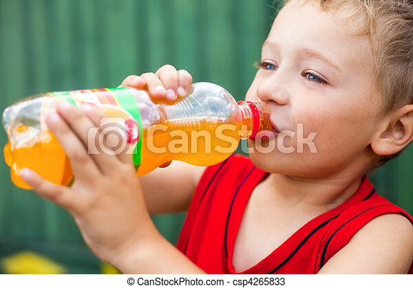 Un chico que bebe soda hermosura - csp4265833