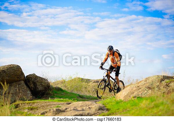 Un ciclista en bicicleta en el hermoso sendero de montaña - csp17660183