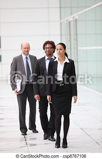 Un equipo de empresarios que se abren camino a su oficina - csp8767106