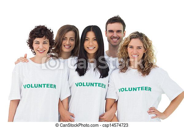 Un grupo de gente usando camisetas voluntarias - csp14574723