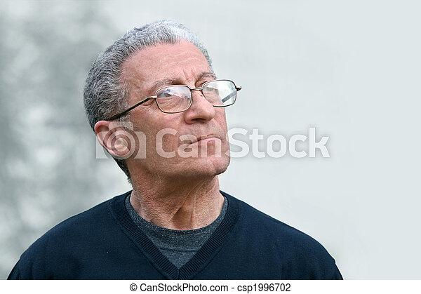 Un hombre mayor mirando hacia arriba - csp1996702