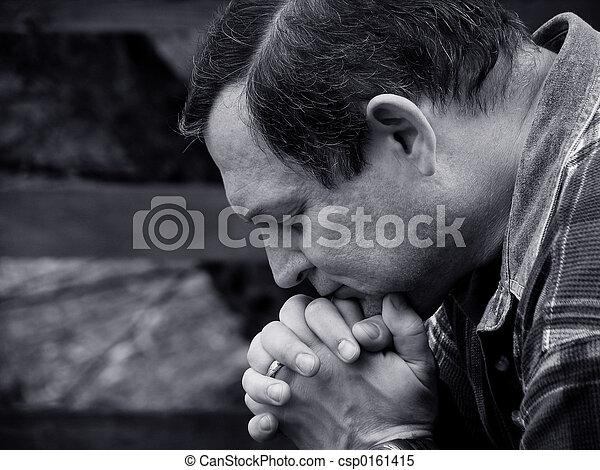 Un hombre rezando - csp0161415