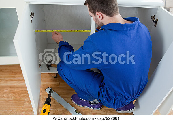 Un joven técnico midiendo algo - csp7922661