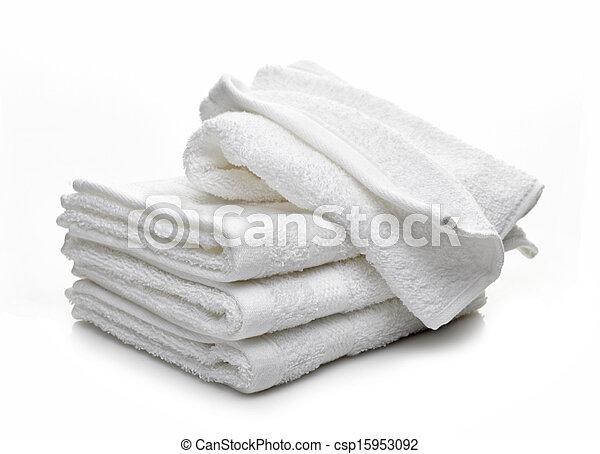 Un montón de toallas blancas de hotel en un fondo blanco - csp15953092
