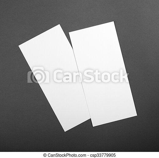 Un póster en blanco sobre un fondo gris para reemplazar tu diseño. - csp33779905