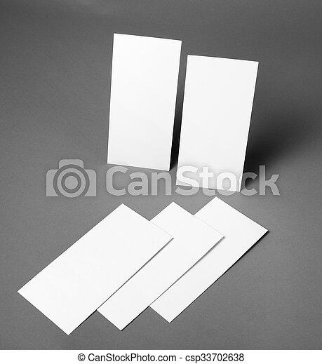 Un póster en blanco sobre un fondo gris para reemplazar tu diseño. - csp33702638