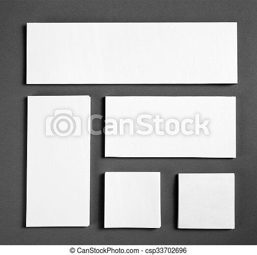Un póster en blanco sobre un fondo gris para reemplazar tu diseño. - csp33702696