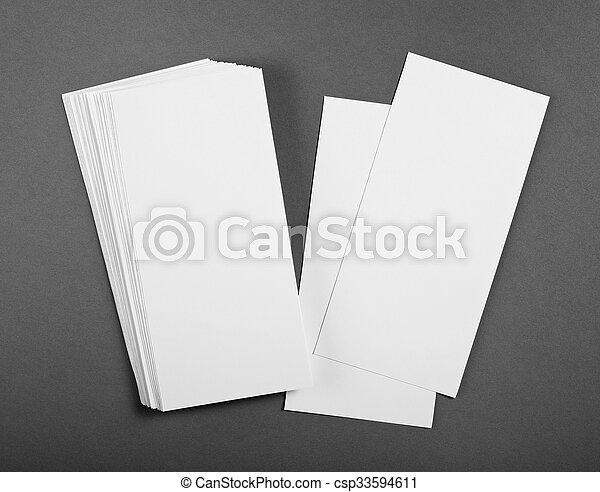 Un póster en blanco sobre un fondo gris para reemplazar tu diseño. - csp33594611